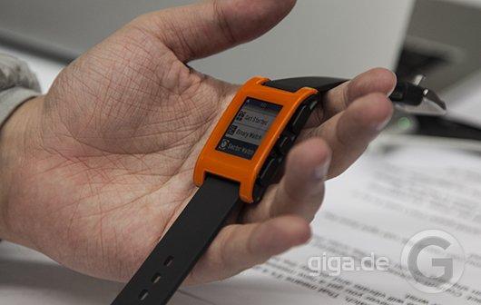 CES 2013: Pebble Smartwatch mit Magnetladekabel kommt im Januar