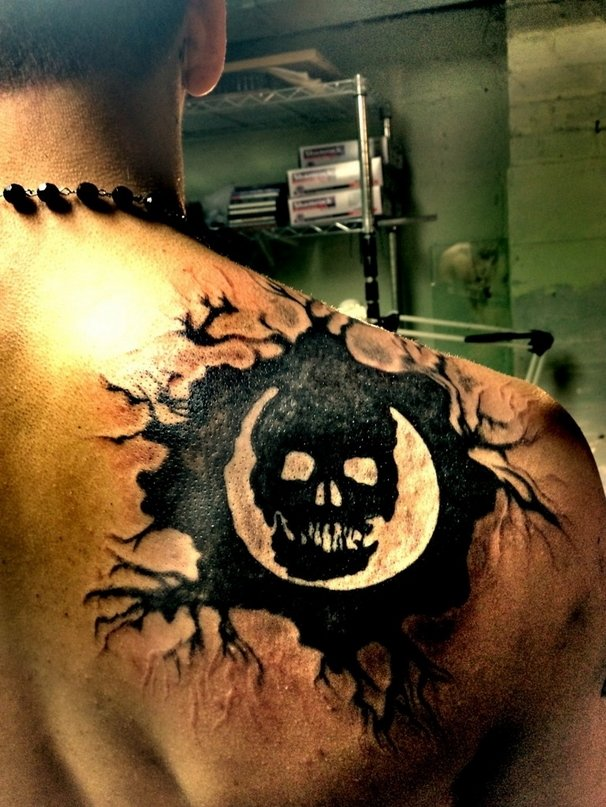 Schmerzhafte hingabe 25 gaming tattoos die man so for Gears of war logo tattoo