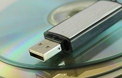 Ganz einfach einen USB-Stick...