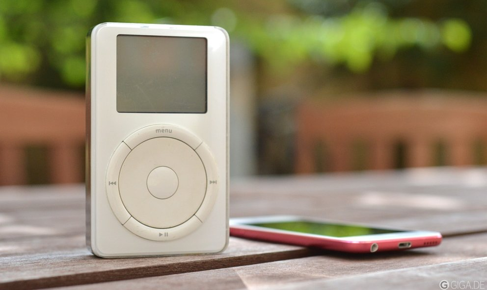 Der iPod von 2001 neben einem iPod touch von 2012.