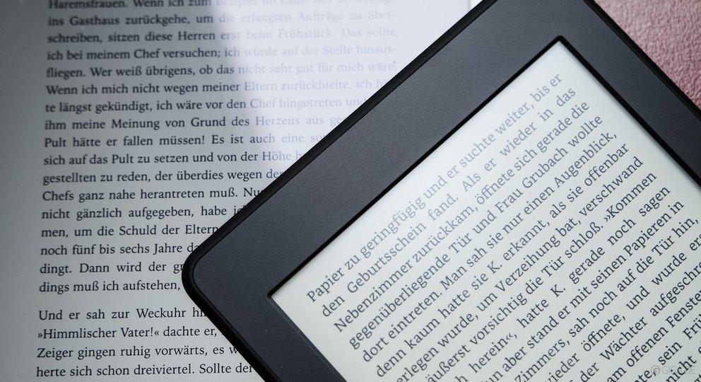 iPad mini 2 (links) und Kindle Paperwhite 2015 (rechts) – wir haben ihn heute in die Redaktion bekommen.