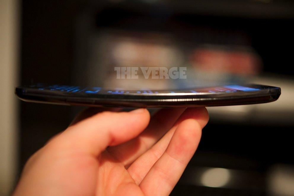 LG G Flex: Smartphone mit gebogenem Display als Gaststar im Fernsehen
