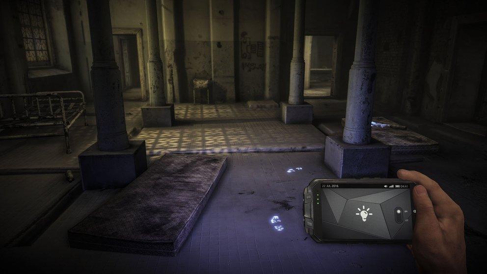 Das Handy dient euch als Map und Wärmesicht-Kamera. So könnt ihr damit auch Fußspuren identifizieren.