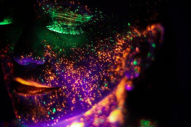 Portraits durch elektrische Neon-Farbe lebendig gemacht!