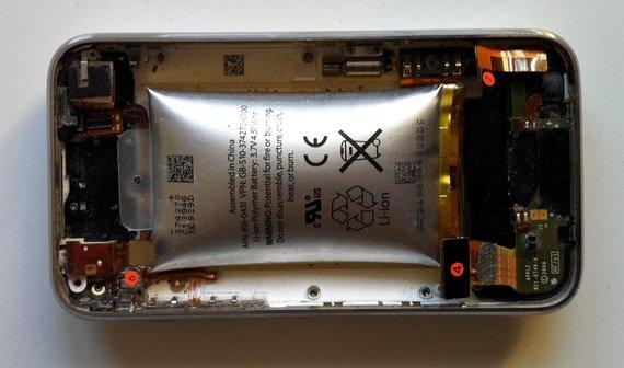 iPhone 3G mit aufgeblähtem Akku (Bild des Tages)