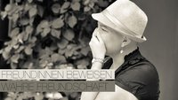 Freunde planen Fotoshooting, nach Brustkrebs-Diagnose