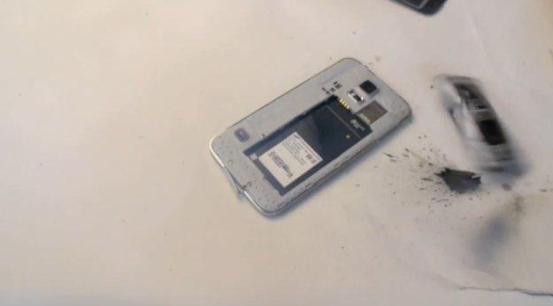 Samsung Galaxy S5 im (dämlichen) Hammer-Test