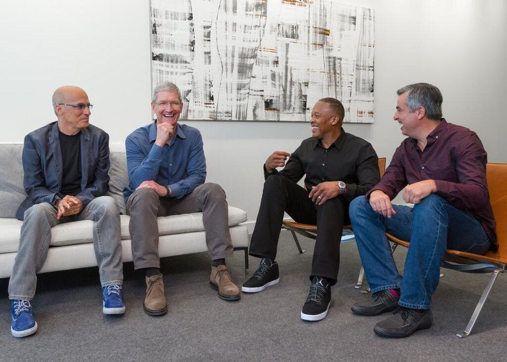 Jimmy Iovine, Apple-CEO Tim Cook, Dr. Dre, Apple-VP Eddy Cue
