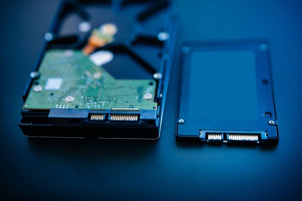 Das Prinzip von HDDs (links) und SSDs (rechts) unterscheidet sich fundamental, formatieren lassen sich allerdings beide gleich.