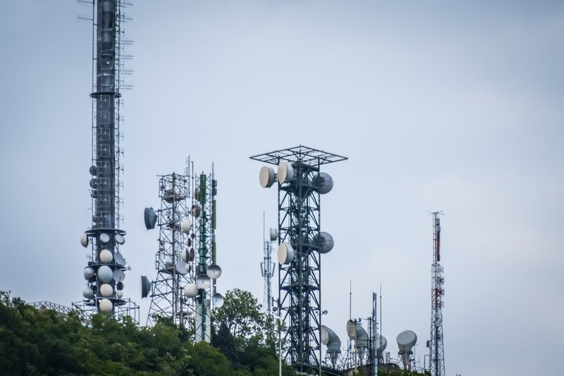 Wenn wir 5G wollen, werden solche Sendemasten und -Antennen sehr viel häufiger auf Häusern vorkommen. Bildquelle: istockphoto - sebastianosecondi