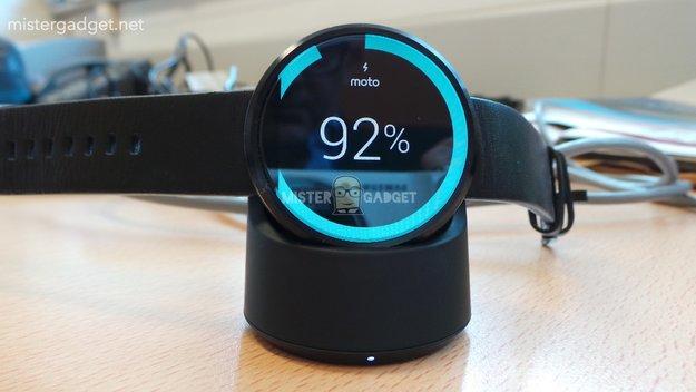 Moto 360: Neue Bilder zeigen drahtlose Ladevorrichtung &amp&#x3B; Vergleich mit der LG G Watch