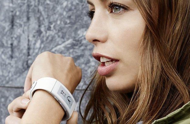 Sony Smartband Talk: Fitness-Tracker mit E-Ink-Display und Freisprecheinrichtung im Hands-On [IFA 2014]