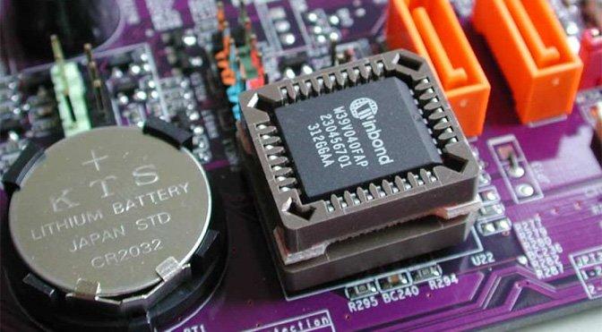 Das BIOS befindet sich in einem Chip auf dem Motherboard. Links daneben ist die Batterie-Versorgung des BIOS.