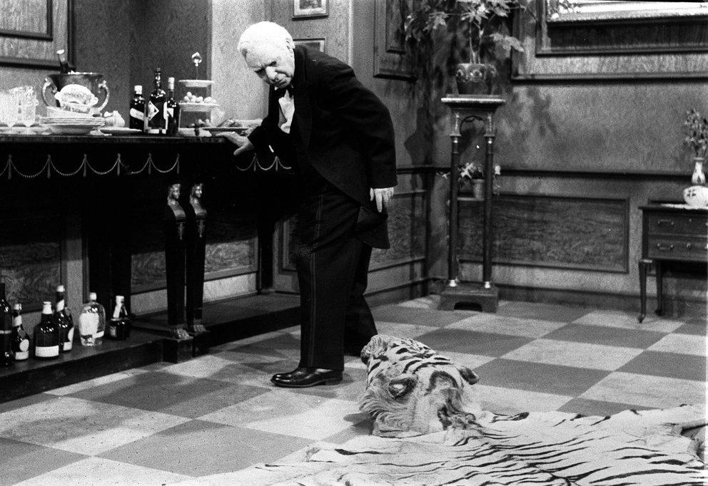 Der Tiger macht James in Dinner for One mehr als einmal das Leben schwer - wobei man die Schuld wohl tatsächlich eher auf den ausgiebigen Alkoholkonsum schieben darf.