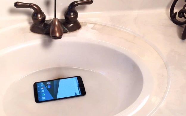 Nexus 6: Überlebt eine Stunde und eine Akkuladung unter Wasser