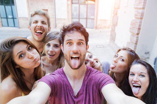 Umfrage: Selfies nerven & werden dennoch vom Großteil geschossen