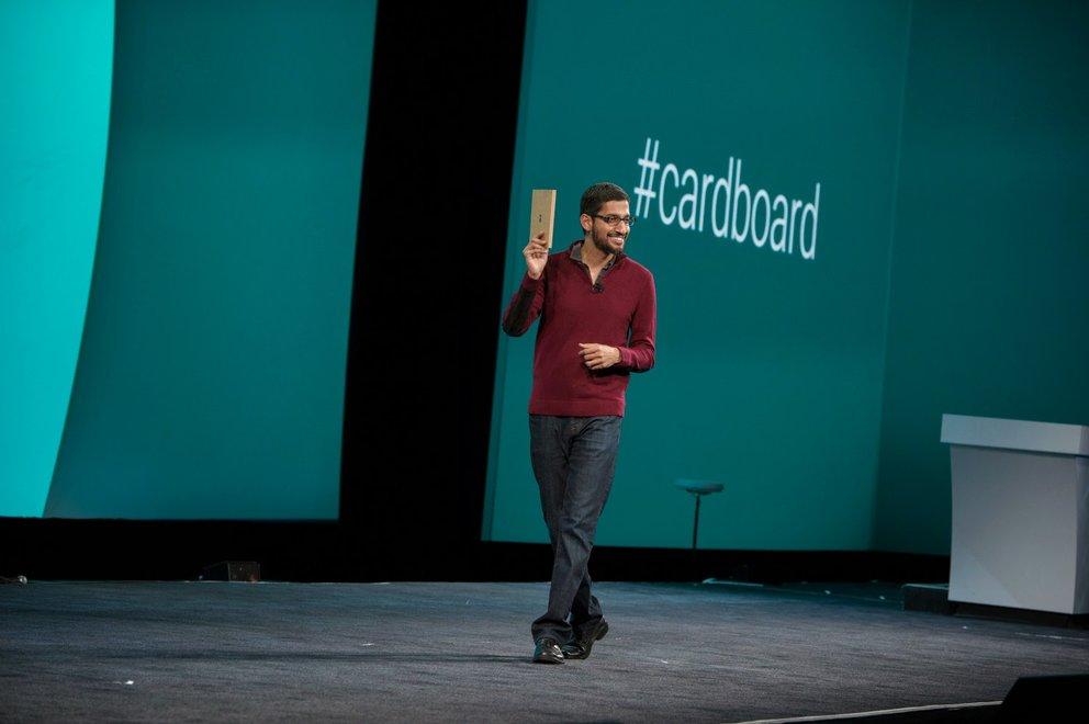 Sundar Pichai stellt auf der Google I/O 2014 Cardboard vor – eine VR-Brille aus Pappe (Quelle: Google)