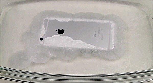 """iPhone 6 überlebt Bad in """"heißem Eis"""" [Video]"""