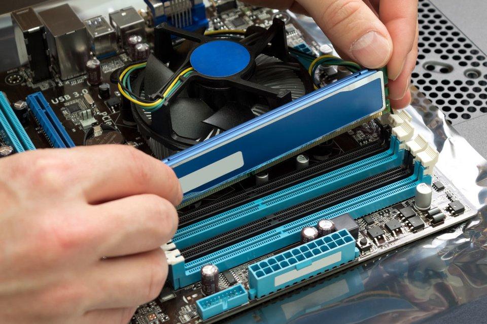 Arbeitsspeicher aufrüsten: Hier wird einer von vier RAM-Slots befüllt.