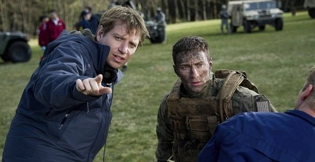 Gareth-Edwards-and-Aaron-Taylor-Johnson-on-the-Godzilla-set