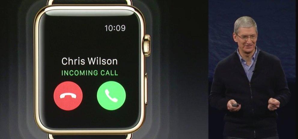 Tim Cook zeigt bei der Apple Watch-Präsentation einen eintreffenden Anruf.