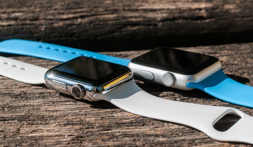 Apple Watch Series 2 in Edelstahl (38 Millimeter) und rechts dahinter die erste Generation in Aluminium (42 Millimeter).
