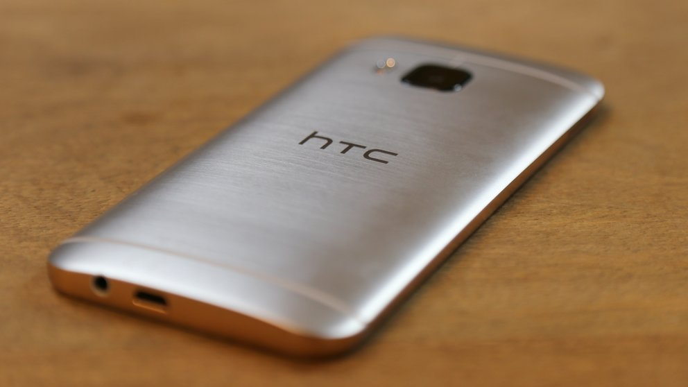 HTC-One-M9-09-Rueckseite-liegend-schraeg