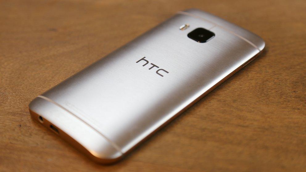 HTC-One-M9-12-Rueckseite-liegend-schraeg