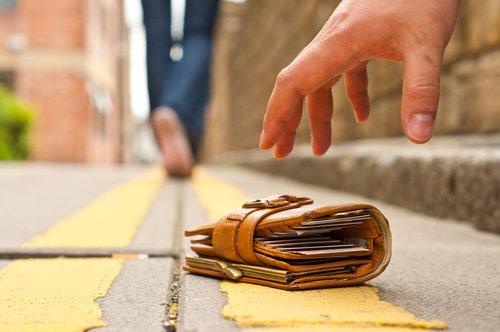 Portemonnaie verloren oder geklaut: Was tun, wenn die Geldbörse weg ist?