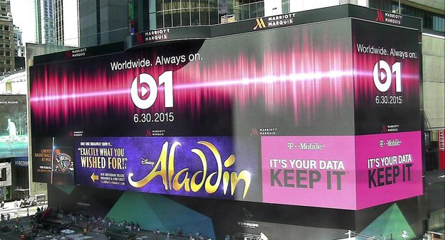 Riesiger Beats 1 Banner am Times Square in New York City gesichtet