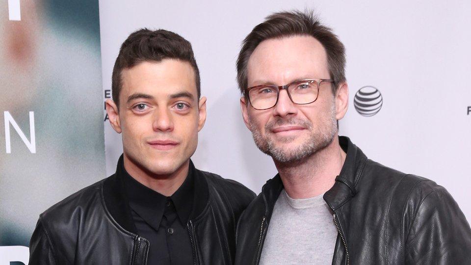 Elliot wird von Rami Malek gespielt (links), Christian Slater spielt Mr. Robot (rechts).