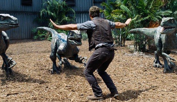 Jurassic World Meme: Zoowärter stellen ikonische Raptoren-Szene nach