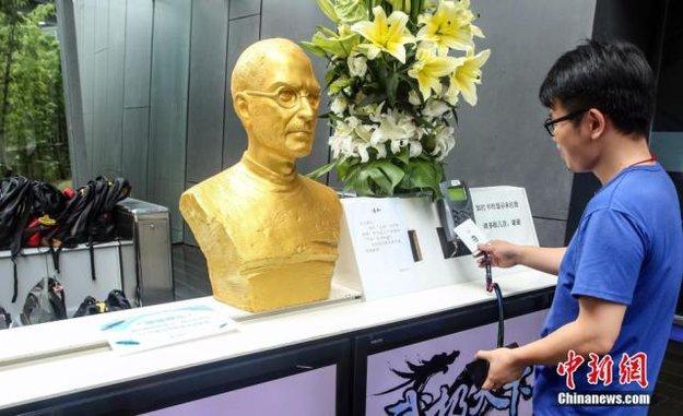 Kult-Figur: Goldene Steve Jobs-Büste soll chinesische Arbeitnehmer motivieren