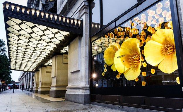 Apple Watch mit riesigen Blüten im Schaufenster von Londoner Kaufhaus