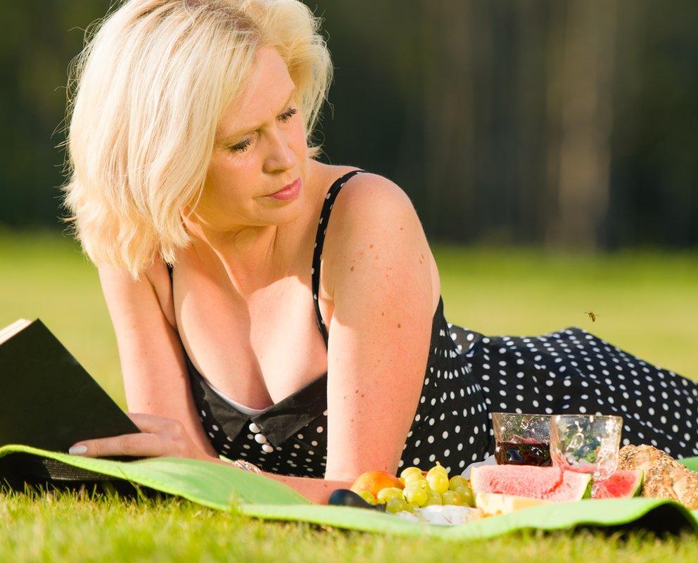Wespen vertreiben wespe bei einem Picknick einer dame