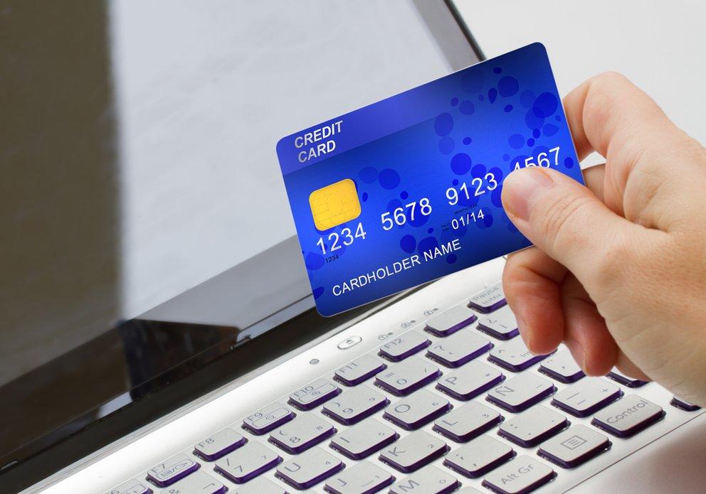 Konto eröffnen - Online Banking? Laptop mit Kreditkarte