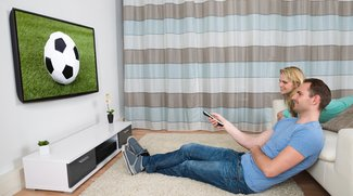 Fernseher aufhängen: Tipps zur optimalen Höhe, Kabeln und Co.