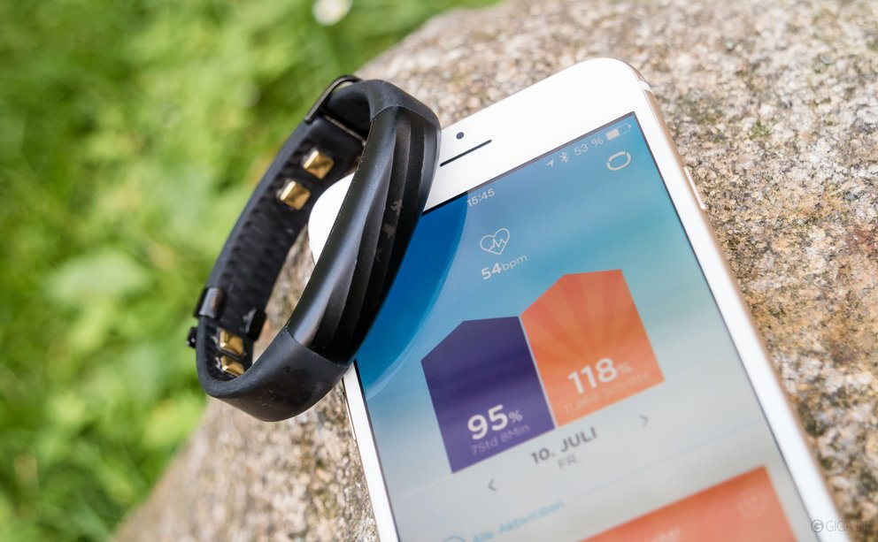 Fitness-Armband, hier das Jawbone UP3 mit der iPhone-App.