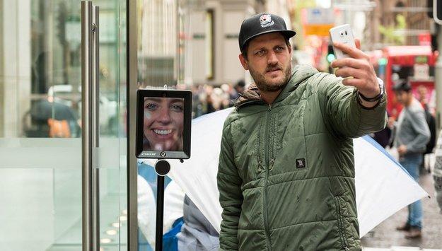 Warten auf's iPhone 6s: Apple-Fangirl schickt Telepräsenzdrohne vor den Apple Store