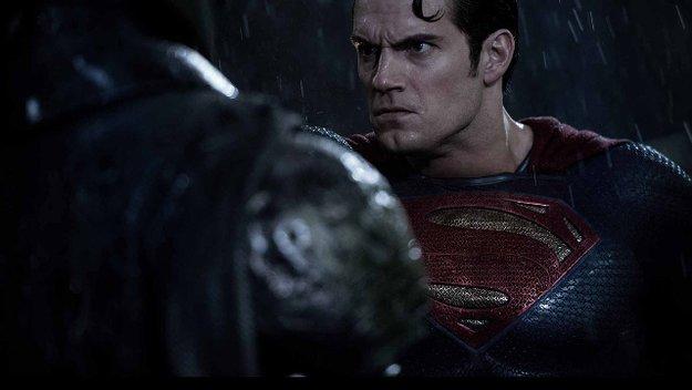 Warum denn so ernst? Neue Bilder zu Batman v Superman unterstreichen düsteren Ton