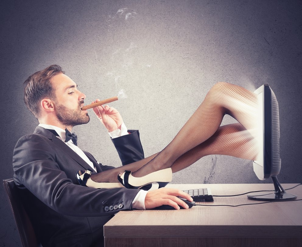 Sexting comment cela fonctionne l'homme sur l'ordinateur avec les jambes féminines de l'ordinateur