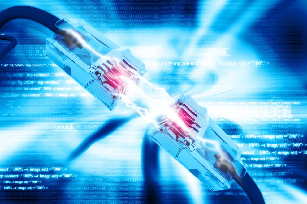Usenet ist ein netzwerk über server auf dem bild sieht man ein netzwerkabel das sich mit einem anderen verbindet und strom fließt hindurch