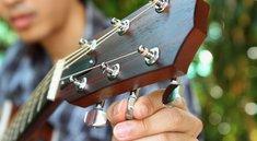 Gitarre stimmen: So gehts ohne Stimmgerät, online und mit App!