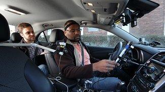 Siri lenkt beim Fahren mehr ab als Google Now