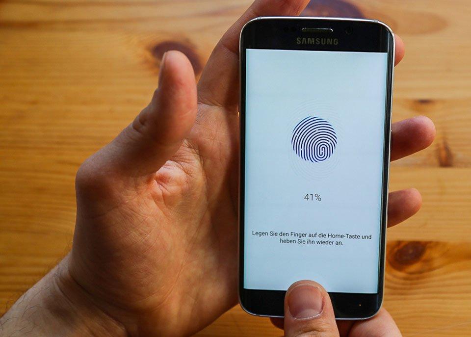 Samsung Galaxy S6: Das Entsperren per Fingerabdruckscanner wird langsamer, wenn mehrere Fingerabdrücke gespeichert sind.