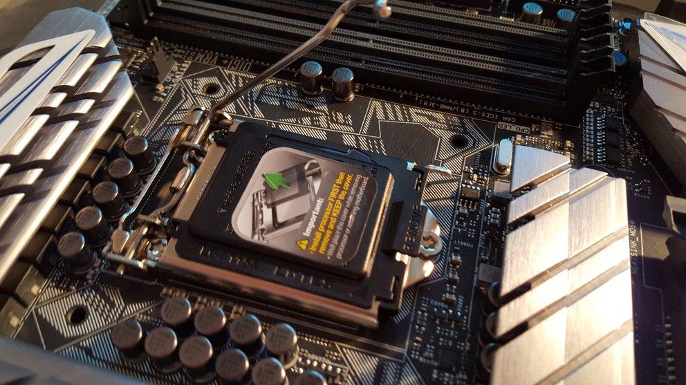 Der Metallarm des CPU-Sockels muss nach außen und oben geschoben werden, um die Kontakte freizugeben.