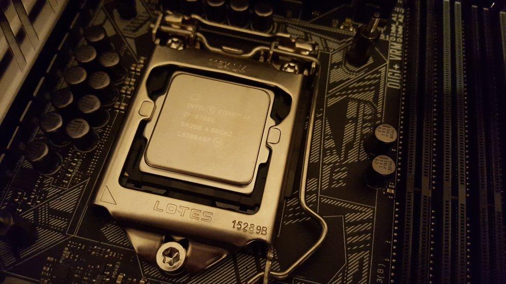 So sieht die auf dem Sockel befestigte CPU aus. Je nach Modell und Plattform unterscheidet sich das Aussehen natürlich etwas.
