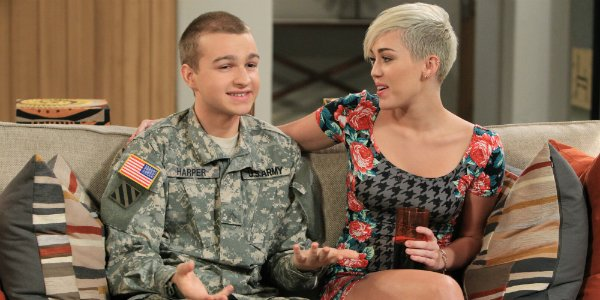 Angus T. Jones als Jake neben Miley Cyrus in Two and a Half Men