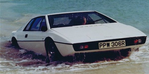 Roger Moore als James Bond im Lotus Esprit