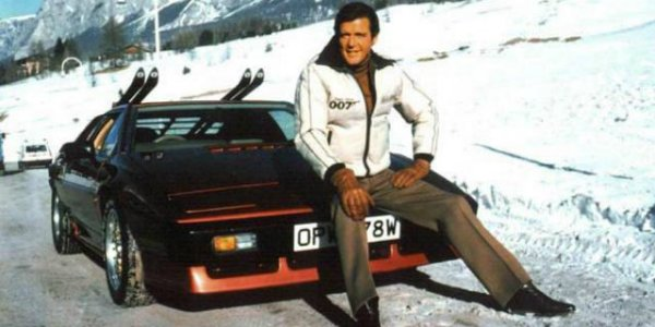 Roger Moore als James Bond im Lotus Esprit Turbo